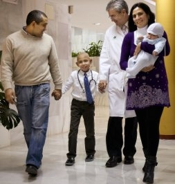 Andrés el niño talasémico curado y su familia. Foto del Ideal de Jaén.